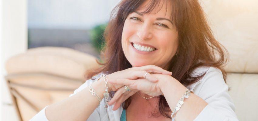 Une femme fait un beau sourire