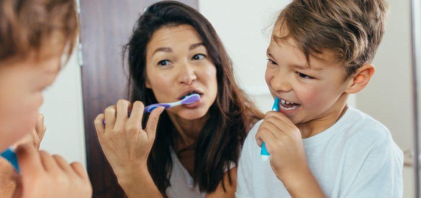 Une mère se brosse les dents avec son enfant