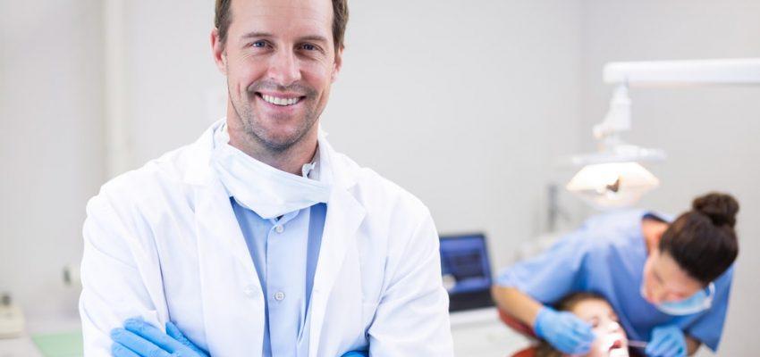 Un dentiste prêt à examiner un patiente