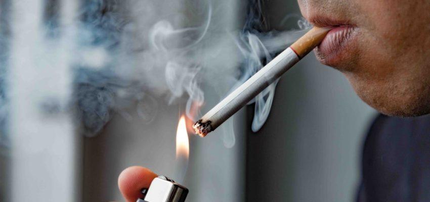 Un homme consomme du tabac
