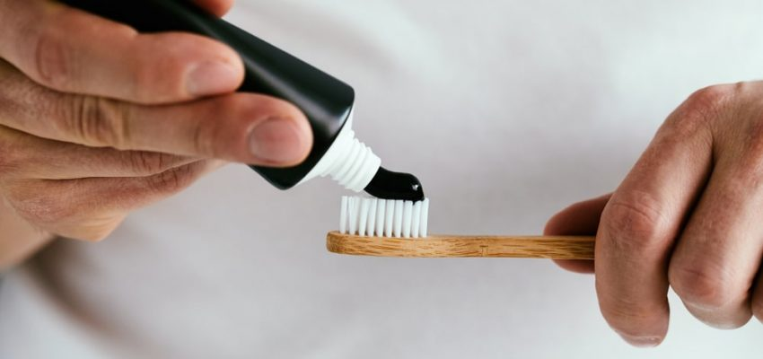 Il utilise un dentifrice au charbon