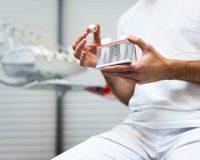 Un implant dentaire dans les mains d'un dentiste